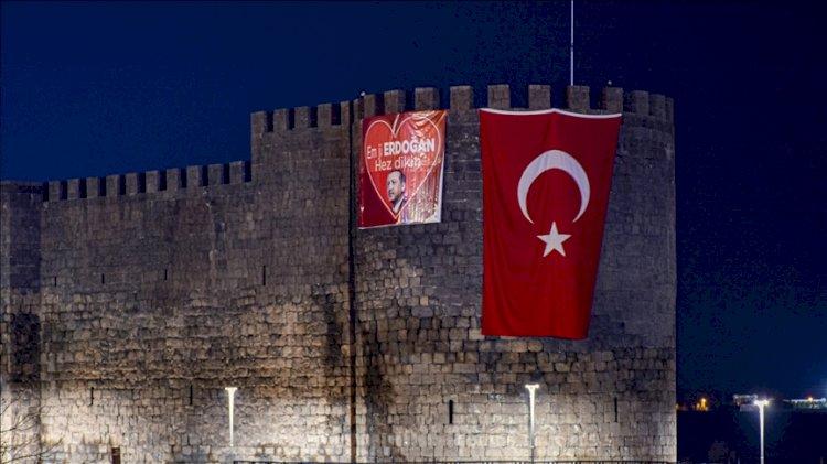Diyarbakır Kalesi'ne Kürtçe 'Erdoğan'ı seviyoruz' pankartı asıldı