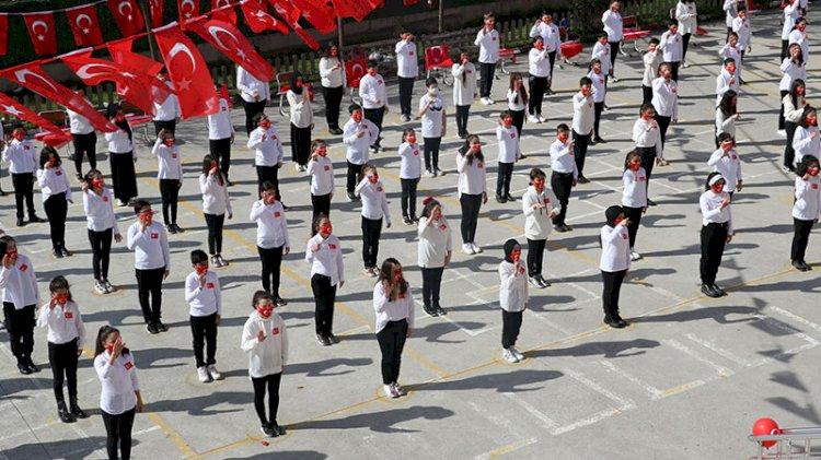 100 öğrenci işaret dili ile İstiklal Marşı okudu