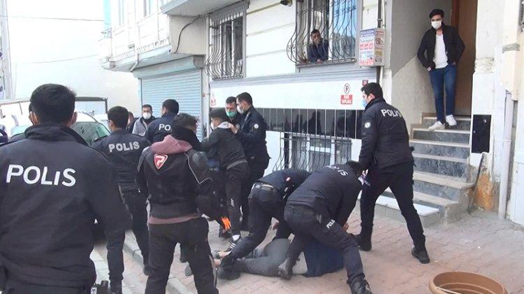 Sokak ortasında meydan muharebesi: Balta ve sopalarla birbirlerine girdiler