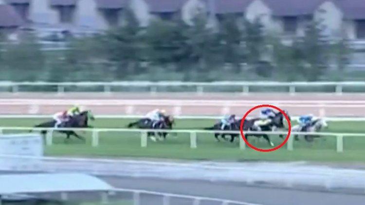 Yarış sırasında korkunç kaza: Attan düşen jokeyin durumu ciddiyetini koruyor