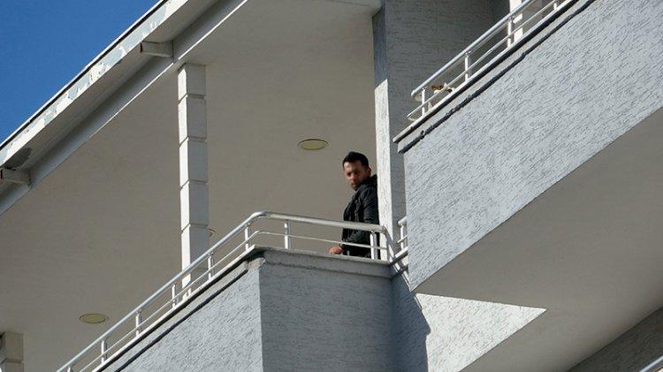 Boşanma aşamasındaki eşini öldürdü: Polisi görünce balkona çıkıp intihara kalkıştı