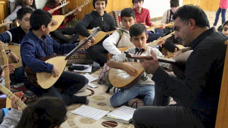 Köy köy dolaşıp, bağlama öğreten Erdal Erzincan'ın kitabı 23 Nisan'da çocuklarla buluşuyor
