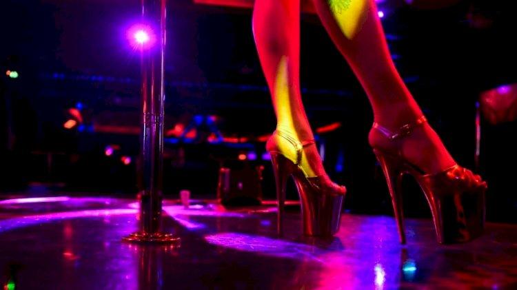 Sarhoş  öğretmen öğrencilerini striptiz kulübüne götürdü