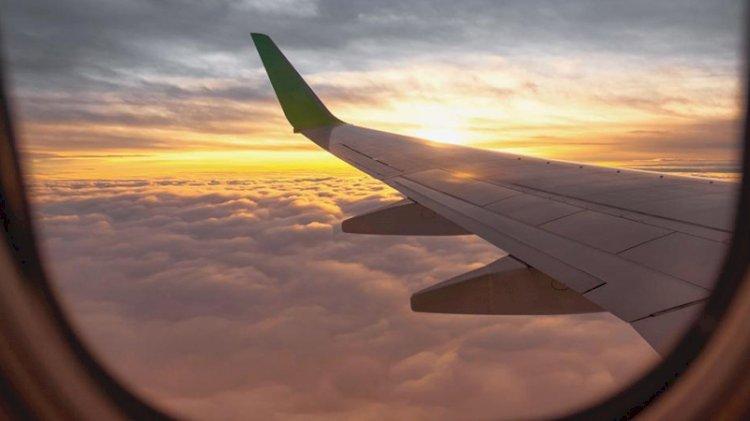 Uçağı rötar yapan pilottan yolculara jest