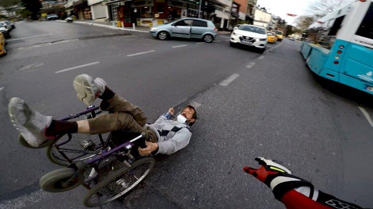 İnsanlık ölmüş! Trafiğin ortasına düşen engelliyi seyretmekle kaldılar
