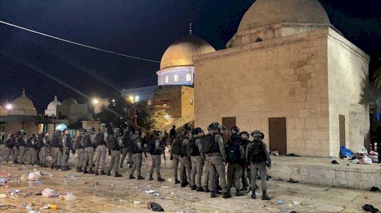 Filistin'de zulüm bitmiyor: İsrail polisi Mescid-i Aksa'da cemaate saldırdı