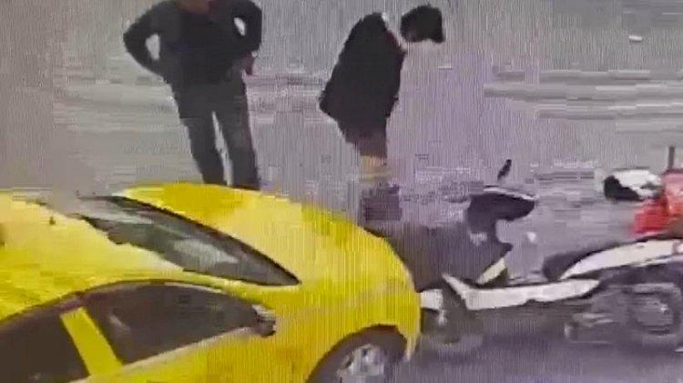 Kaza geçiren motokuryenin telefonunu çaldı