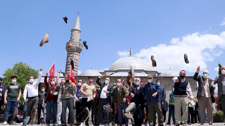 İsrail'i ayakkabılarını fırlatarak protesto ettiler