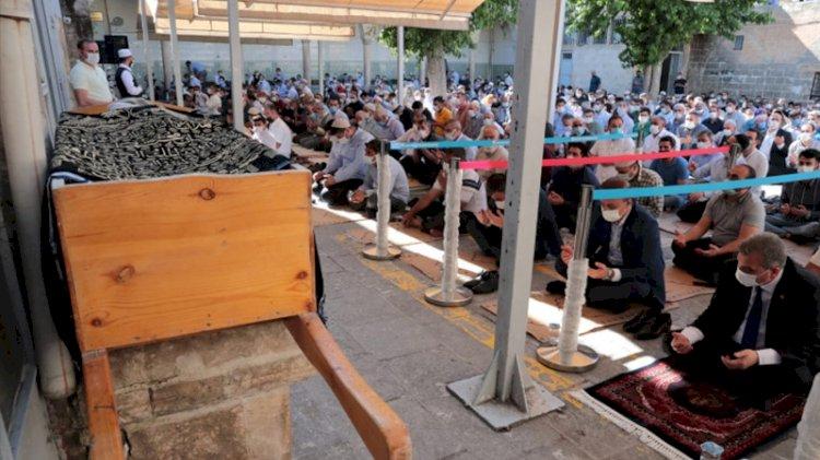 Tarikat liderinin cenazesinde tedbirler hiçe sayıldı