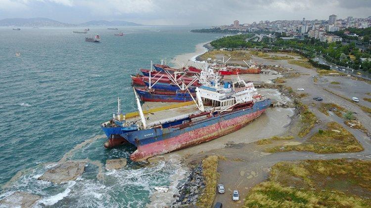İstanbul'da sürüklenen gemi kıyıdaki gemiye yaslandı