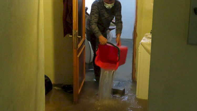 İstanbul'un yağmurla imtihanı: Ev ve işyerlerini su bastı