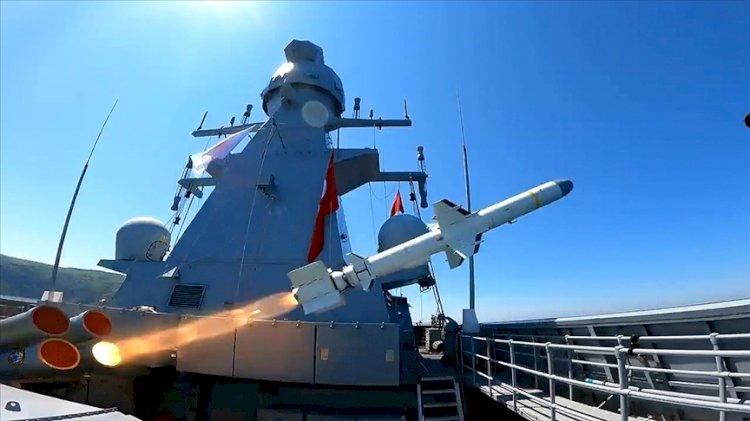 Atmaca Gemisavar Füzesi ilk kez bir gemi hedefini tam isabetle vurdu