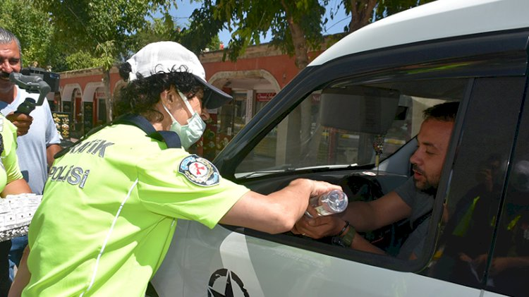 Polis sürücülerle bayramlaşıp kurabiye ikram etti