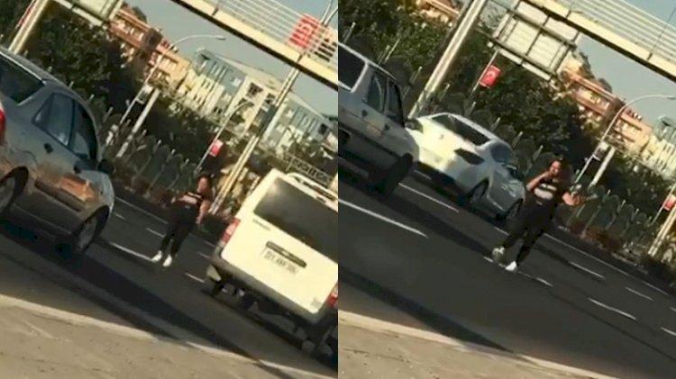 Karayolunda dans etti, trafiği tehlikeye soktu