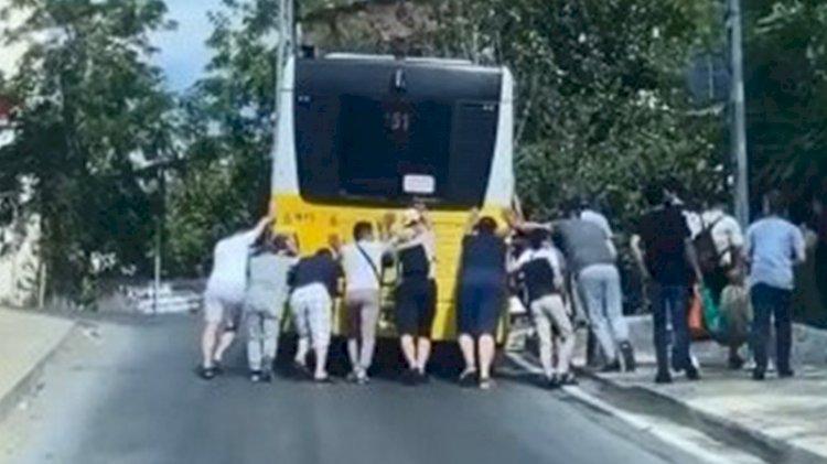 Arızalanan İETT otobüsünü yolcular böyle itti