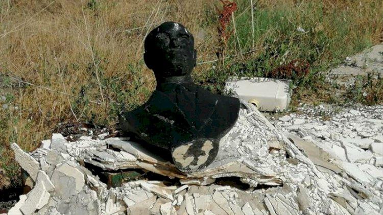 Atatürk büstü yakılarak çöpe atıldı