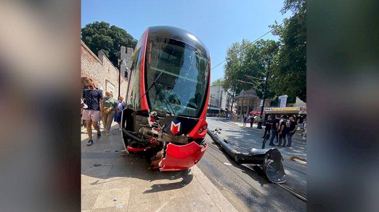 Tramvay yoldan çıkıp elektrik direğine çarptı