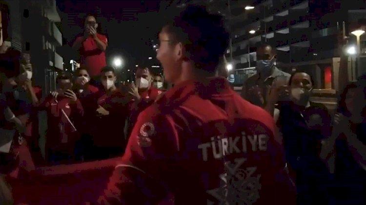 Mete Gazoz'u Olimpiyat Köyü'nde İzmir Marşı ile karşıladılar
