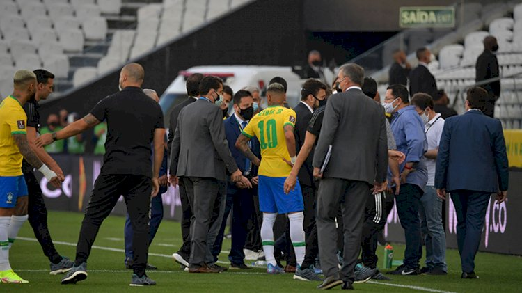 Brezilya-Arjantin maçı oynandığı sırada futbolcuları sınır dışı etmek için sahaya girdiler