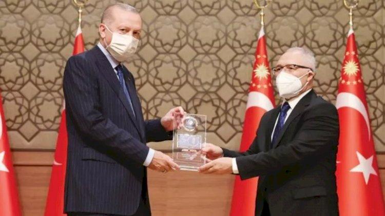 Erdoğan'ın elinden ödül alan Abdulkadir Selvi: Benden çok iyi köşe yazarları var ama...