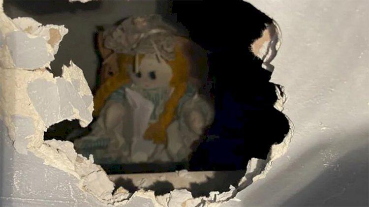 Tadilat sırasında duvarın içinden 'katil bez bebek' çıktı