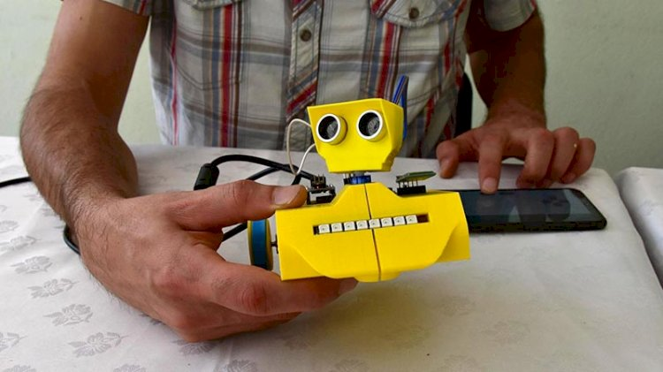 Lise öğretmeni robot üretti