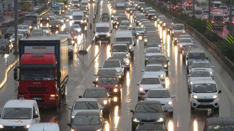 İstanbul'da sağanak! Trafik kilitlendi