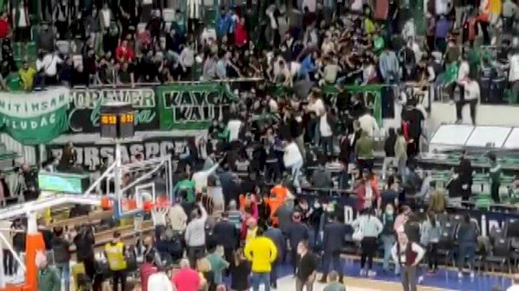 Bursaspor-Beşiktaş maçında tribünler karıştı